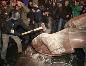 Καταστροφή του αγάλματος του Λένιν από Ουκρανούς φασίστες