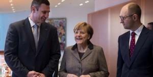 Η κυρία Μέρκελ με τον Κλίτσκο (εκ δεξιών της), αλλά και τον Γιατσένιουκ (εξ αριστερών της) σε χαρούμενες στιγμές...
