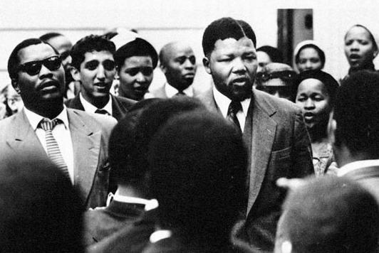 Ο βίαιος Μαντέλα στην δίκη του