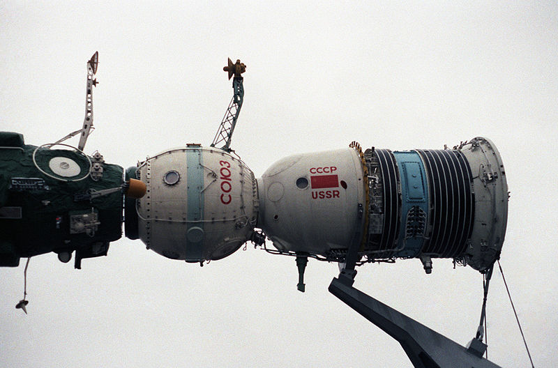 800px-Model_of_a_Soyuz_spacecraft,_1985